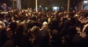 کندن درب استانداری اهواز و حمله نیروی انتظامی با باتوم به مالباختگان آرمان