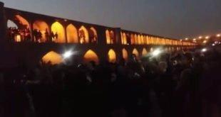 تجمع شبانه مردم اصفهان در اعتراض به خشک شدن زاینده رود