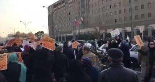 تجمع اعتراضی همزمان بازنشستگان کشوری و مالباختگان کاسپین مقابل مجلس + فیلم