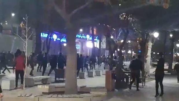 یک زن شجاع در محاصره ماموران نیروی انتظامی فریاد مرگ بر خامنه ای سر می دهد+ فیلم