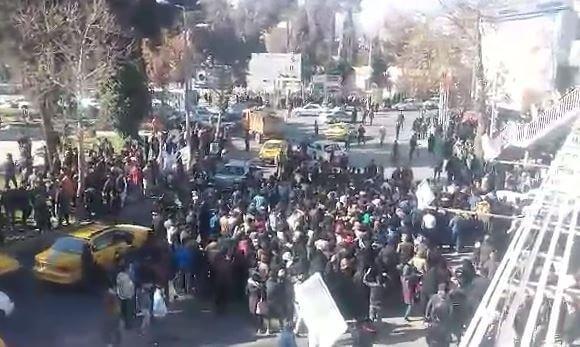 تظاهرات صدها نفره مردم نیشابور در اعتراض به گرانی هم اکنون