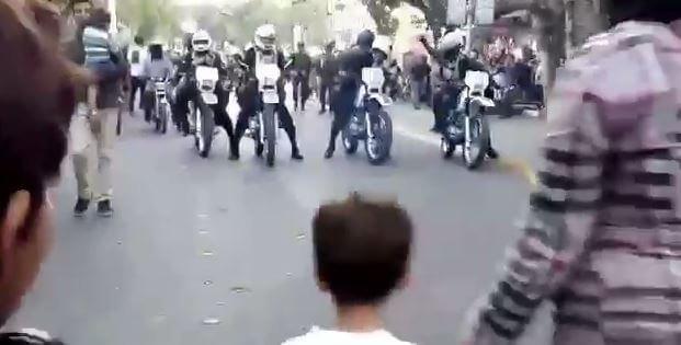 تظاهرات مردم سنندج در اعتراض به کشتار کولبران + فیلم