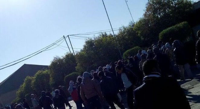 اعتراض خشمگینانه کارگران نیشکر هفت تپه به همراه خانواده هایشان و بستن جاده