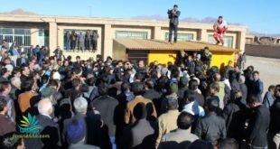 اعتراض مردم زلزله زده کوهبنان نسبت به خلف وعده حسن روحانی مقابل فرمانداری