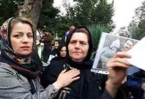 پهن کردن سفره هفت سین در مقابل زندان تهران بزرگ توسط مادر سهیل عربی + فیلم