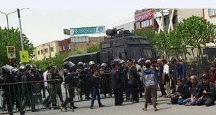 بی اعتنایی کشاورزان اصفهان به تهدیدات نیروی انتظامی با اقامه نماز جماعت در وسط خیابان