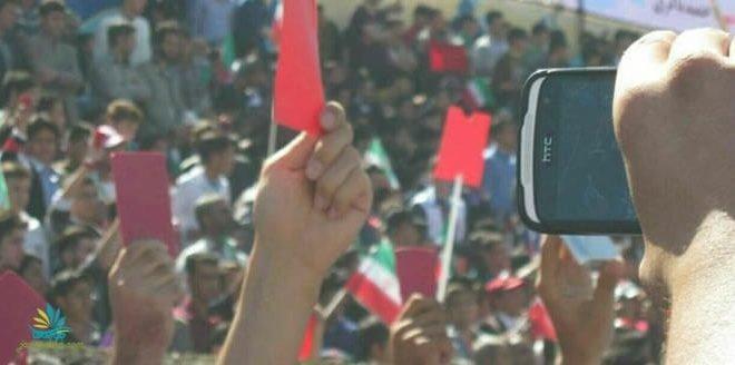 اعتراض در ورزشگاه تختی تبریز به هنگام سخنرانی روحانی و نشان دادن کارت قرمز به او
