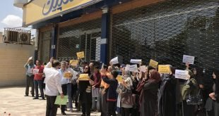 یک مادر بیمار با حالت تشنج در تجمع اعتراضی غارت شدگان موسسه کاسپین کرمان