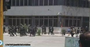 تهاجم جوانان کازرون به نیروهای امنیتی و فراری دادن جمعی آنها