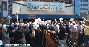 تجمع اعتراضی مردم آبادان مقابل اداره آب و فاضلاب