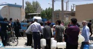 اعتراض خشمگینانه مردم آبادان به دو آخوند و بی آبرو کردن آنها در مقابل اداره آب