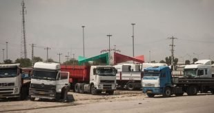 آتش زدن کامیونهای رانندگان اعتصابی در پایانه بندرعباس