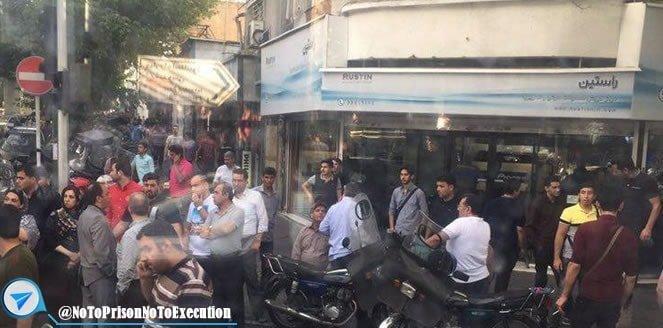 تظاهرات بازاریان در تهران و تعطیلی بازار موبایل علاءالدین و چارس در اعتراض به گرانی دلار