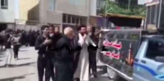 کتک زدن یک آخوند در مراسم عزاداری عاشورا توسط مردم