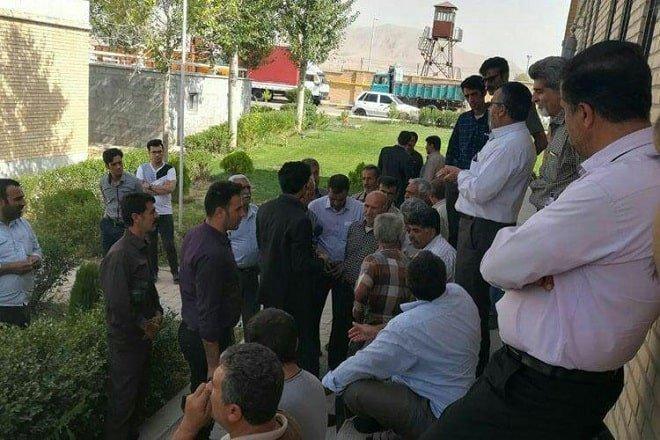 تجمع اعتراضی خانواده های زندانیان سیاسی و جوانان ارومیه در مقابل زندان مرکزی ارومیه