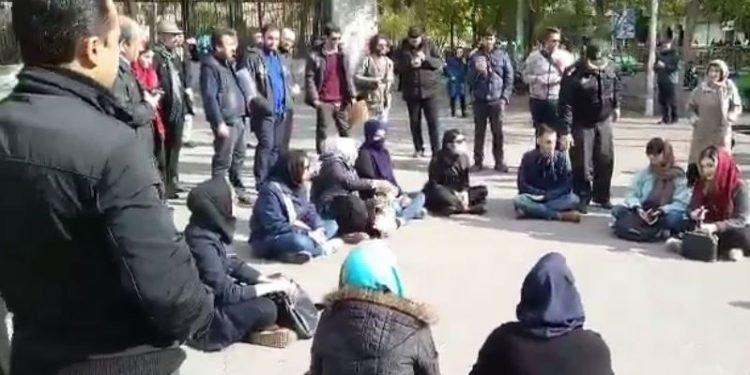 تجمع اعتراضی دانشجویان در مقابل دانشگاه تهران