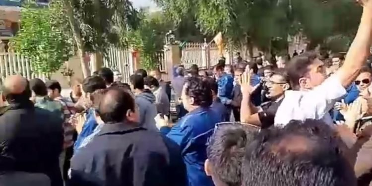 کارگران گروه ملی فولاد اهواز مقابل بانک ملی با شعار ام الفساد اهواز همینجاست