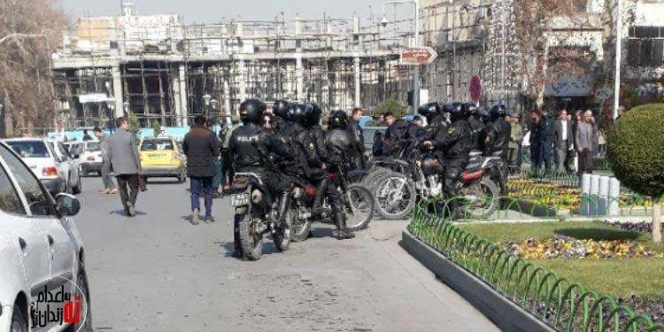 شلیک گاز اشکآور میان تجمع معلمان و آوردن مأموران زن و مرد به میان تجمع کنندگان برای ضرب و شتم آنان