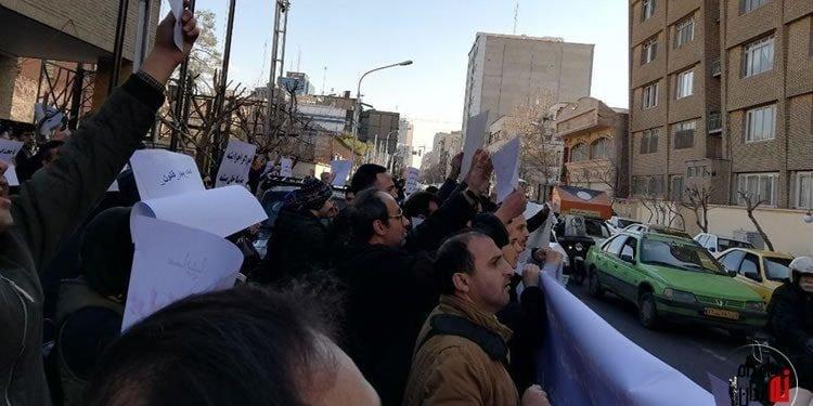 تجمع اعتراضی بیش از ۲۰۰ نفر از حواله داران ایران خودرو همراه با تصاویر