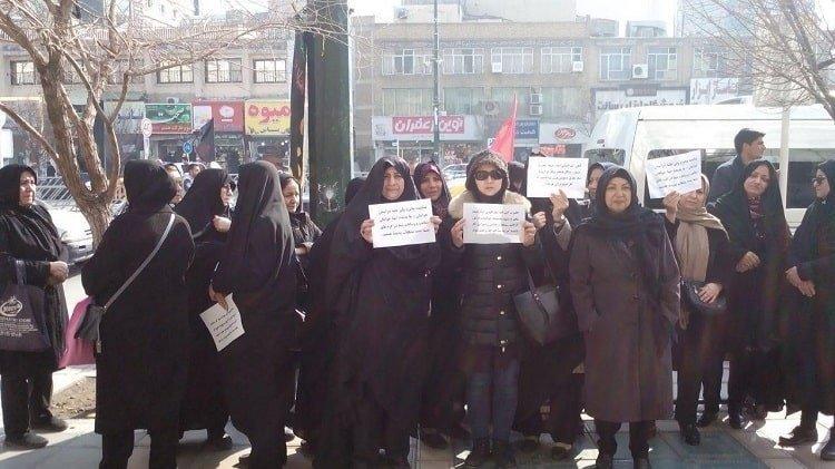تجمع اعتراضی غارت شدگان پدیده در مقابل دفتر علم الهدی در مشهد