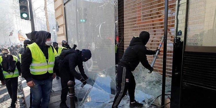 در هجدهمین هفته تظاهرات جلیقهزردها شانزهلیزه در آتش اعتراض سوخت