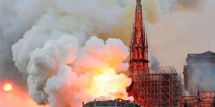 آتش سوزی مهیب در کلیسای تاریخی نوتردام پاریس