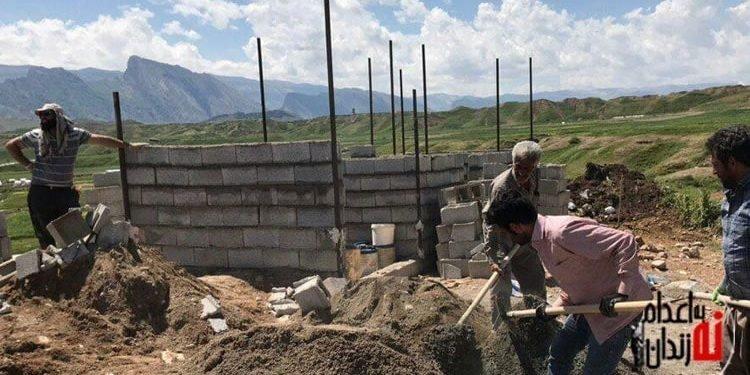 ساخت سرویسهای بهداشتی ابتدایی در روستای سیل زده توسط نیروهای مردمی