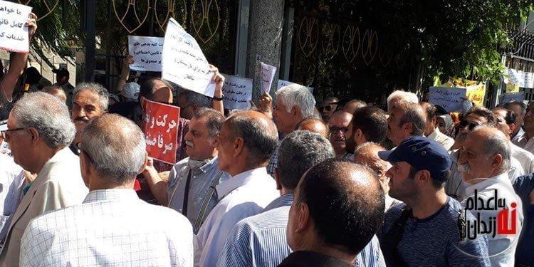 تجمع اعتراضی بازنشستگان در مقابل وزارت کار