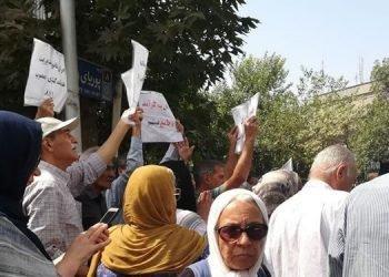 تجمع اعتراضی بازنشستگان فرهنگی مقابل دفتر حسن روحانی