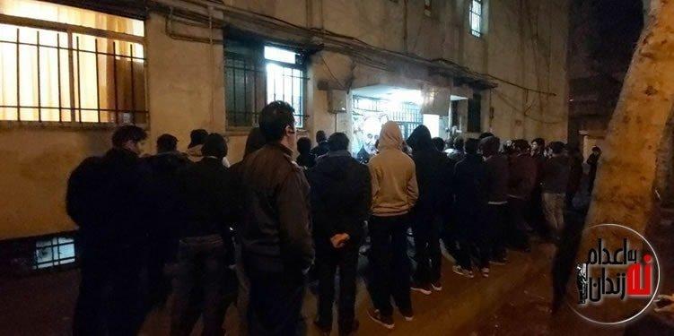 تجمع اعتراضی دانشجویان دانشگاه تهران در مقابل خوابگاه