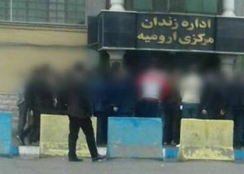 تجمع خانوادههای زندانیان زندان مرکزی ارومیه در مقابل زندان برای نجات جان زندانیان