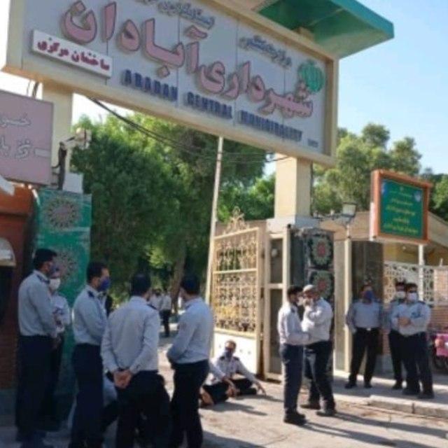 تجمع اعتراض آتش نشانان آبادان مقابل شهرداری